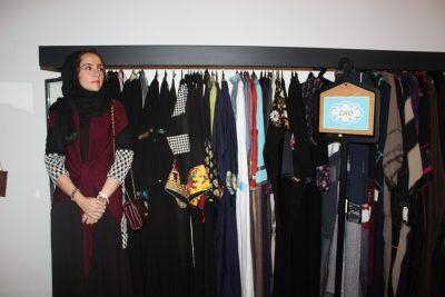 المصممة زكية عطار بين مجموعتها